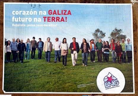 <span lang= es-es >Dos estilos</span>. Desde arriba, los carteles electorales de AGE, BNG, PP y PSOE.