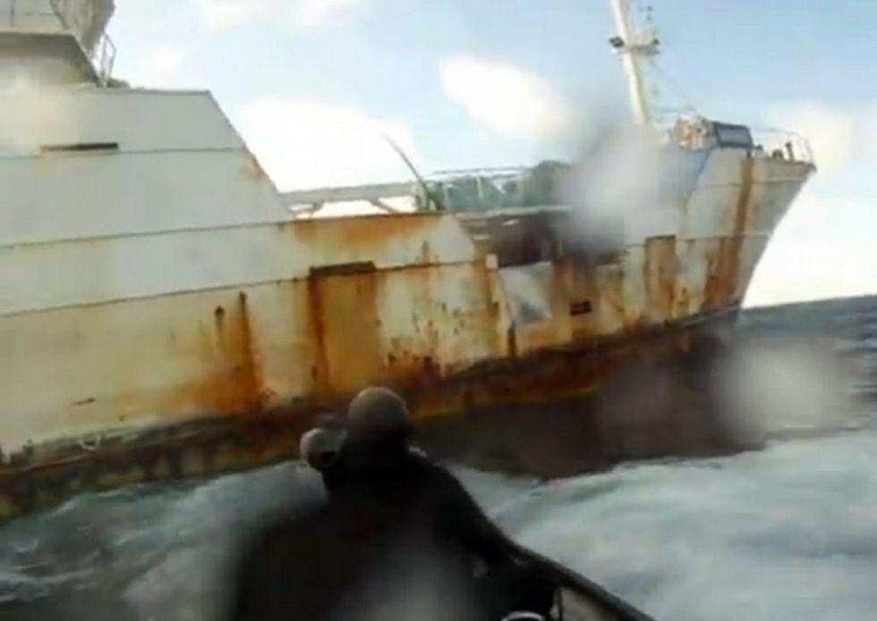 Acoso a los piratas.Inspectores de Nueva Zelanda, intentando abordar el «Kunlun»