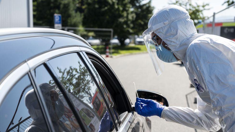 Un sanitario haciendo una prueba a un viajero en Baviera, Alemania