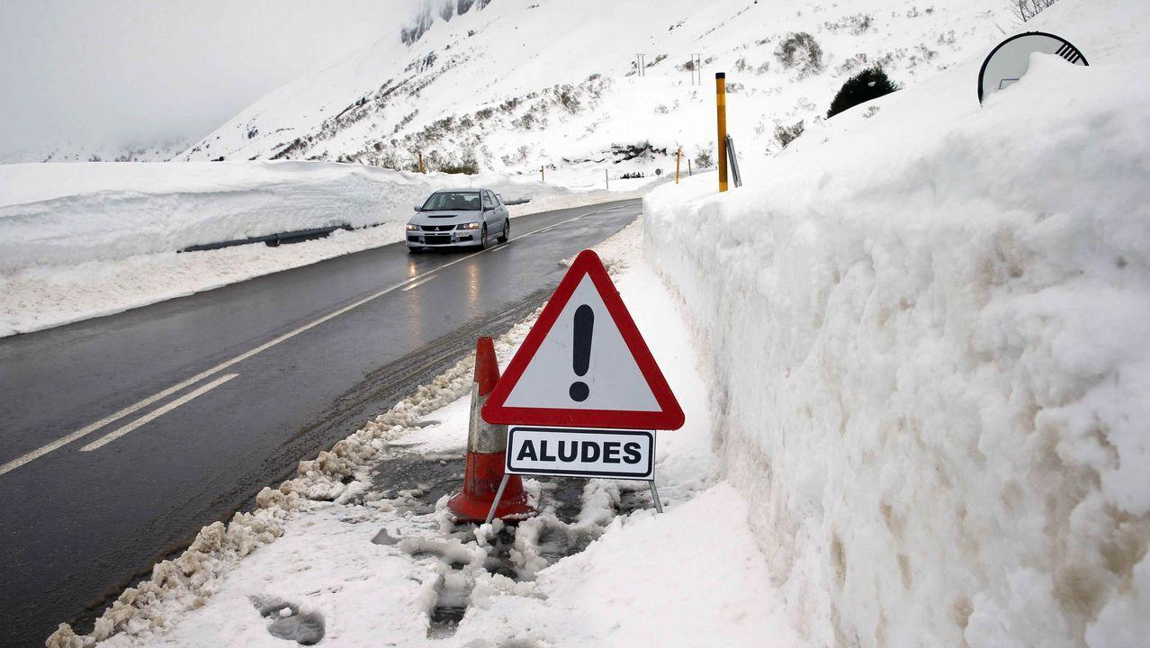La carretera del puerto asturiano de San Isidro bajo la nieve con aviso de aludes en una imagen de archivo