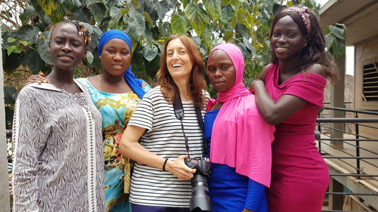 En la imagen, la fotógrafa ferrolana Ana Amado, con alumnas de la escuela de Fandema en Gambia