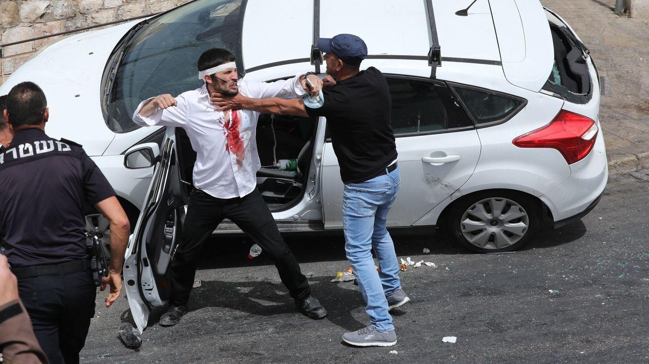 Enfrentamientos entre palestinos e israelíes en Jerusalén.El familiar de uno de los palestinos muertos en el bombardeo de Gaza es consolado en el hospital
