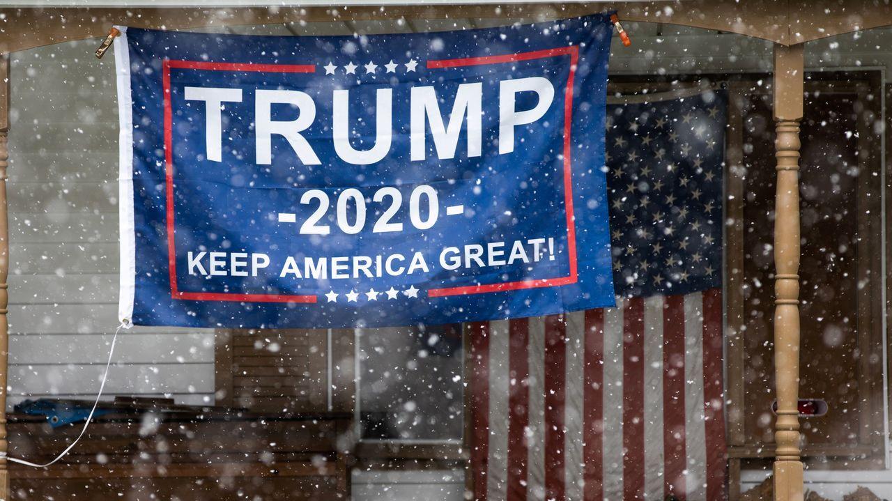 Los disturbios raciales de Mineápolis se extienden a otras ciudades de EE.UU..Un cartel de la campaña a la reelección de Trump, en el porche de una vivienda de un barrio de Míchigan