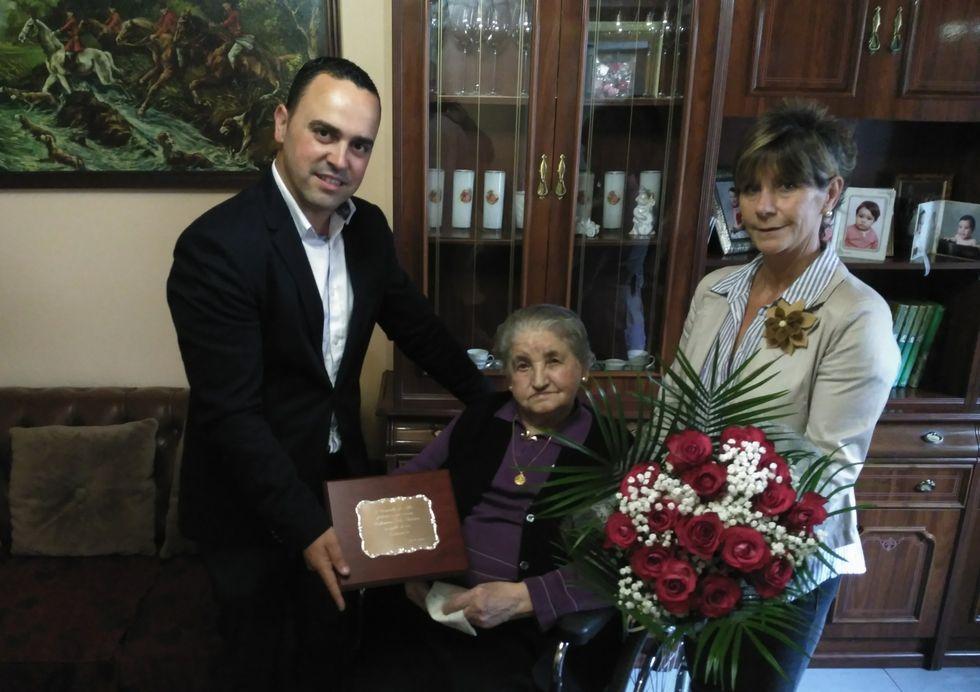 Valentina Vila, ayer, en su casa, con Xabier Pardiñas y Carmen Geada.