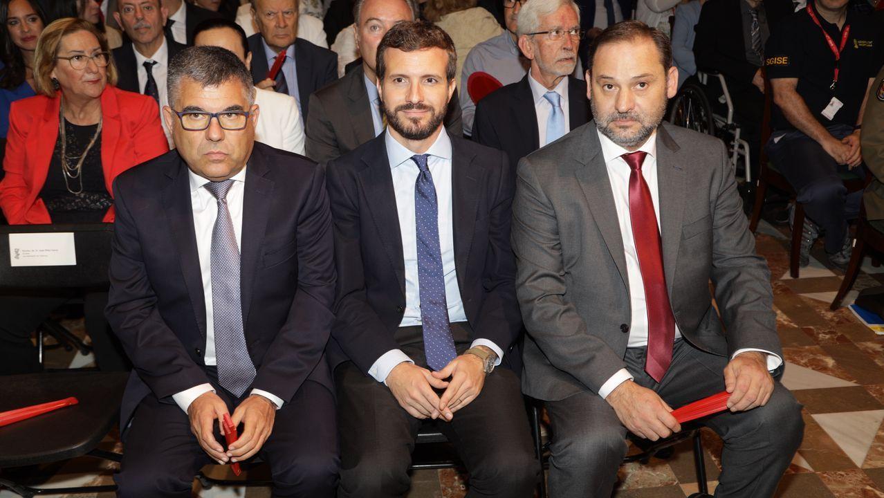 El delegado del Gobierno en Valencia, Juan Carlos Fulgencio; el presidente del PP, Pablo Casado; y el ministro de Fomento en funciones, José Luis Ábalos, durante el acto Institucional de Entrega de Altas Distinciones de la Generalitat Valenciana, con motivo del Día de la Comunitat Valenciana, en Valencia