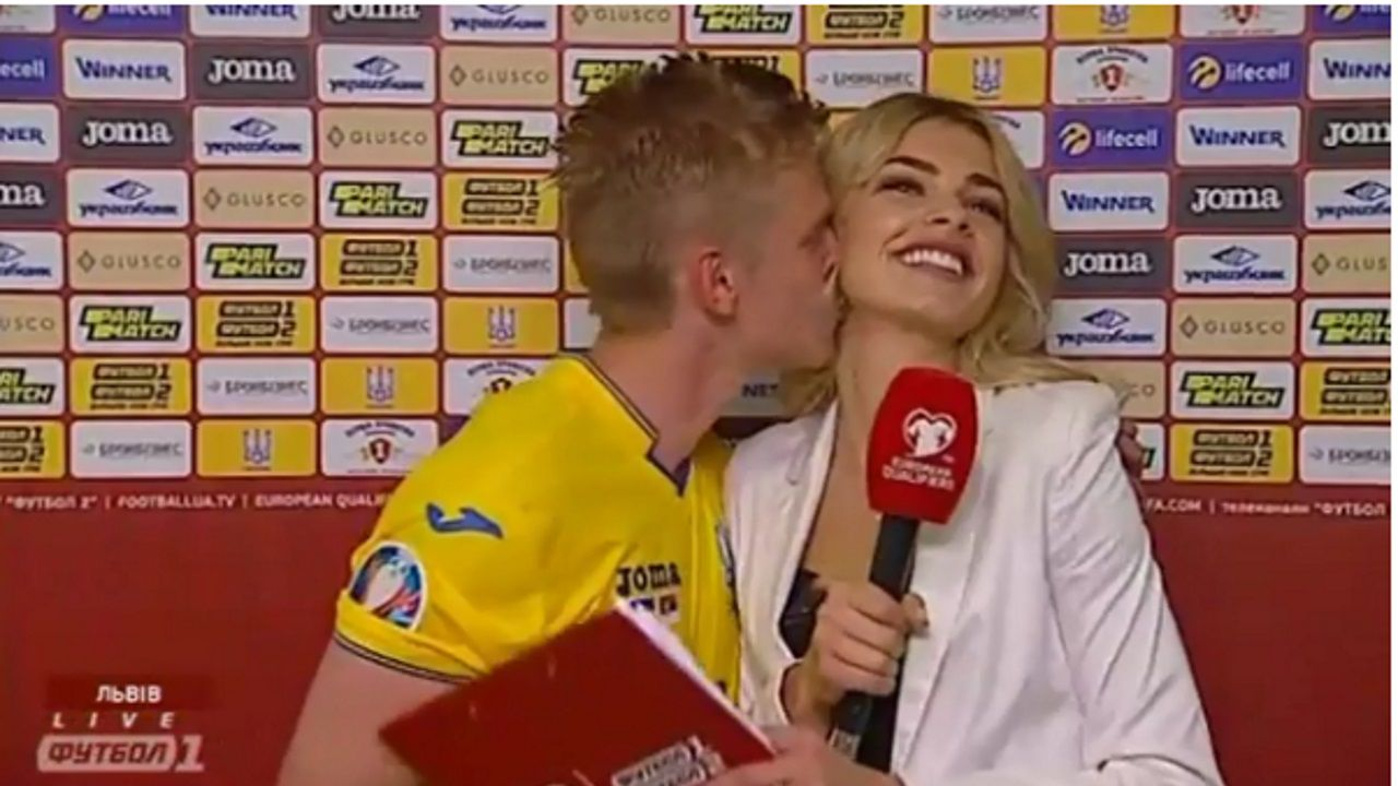 Zinchenko emula a Iker Casillas y besa a la reportera que lo entrevistaba