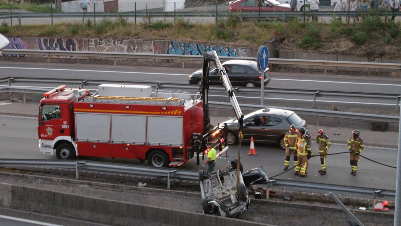pasajero, autobús, bus, Asturias.El coche de Teis quedó volcado en la mediana de la AP-9