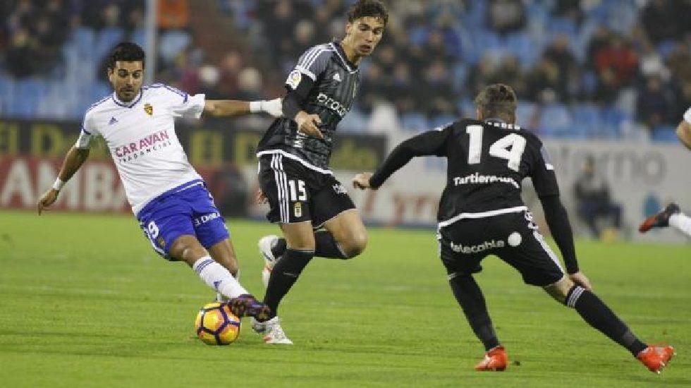 Verdés y Torró disputan un balón con Ángel en el partido de ida