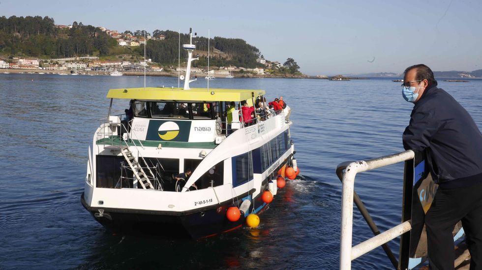 Muestra  A memoria do Son  en la antigua cárcel de Sarria.Barco de pasaje saliendo del puerto de Bueu hacia Ons