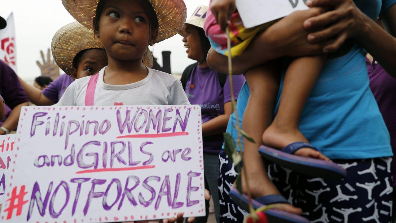 Una niña filipina sostiene una pancarta durante una manifestación para conmemorar el Día Internacional de la Mujer en Manila