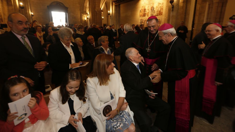 El obispo, con su familia