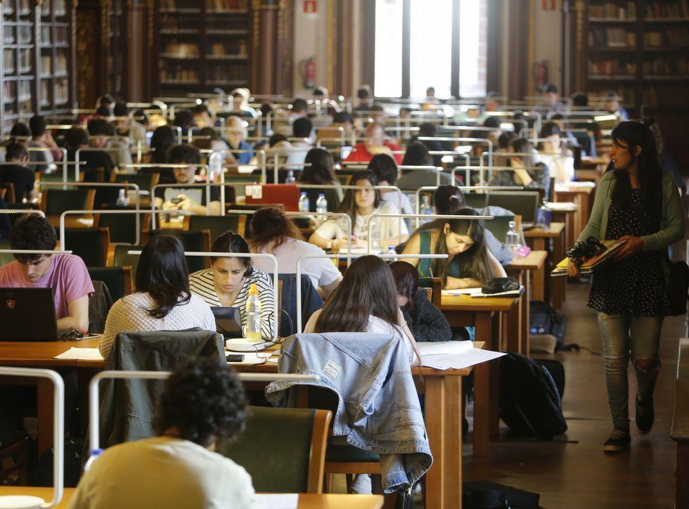 Vicente Gotor vuelve al aula.La mayoría estudia ocho horas diarias; algunos llegan a diez y otros lo hacen toda la noche.