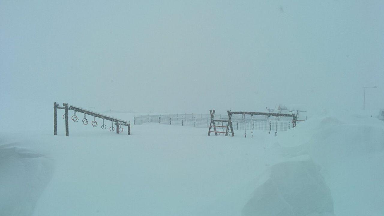 La nieve dificulta el tráfico en la autopista del Huerna.Un parque desaparece entre la nieve en la estación de esquí Valgrande-Pajares