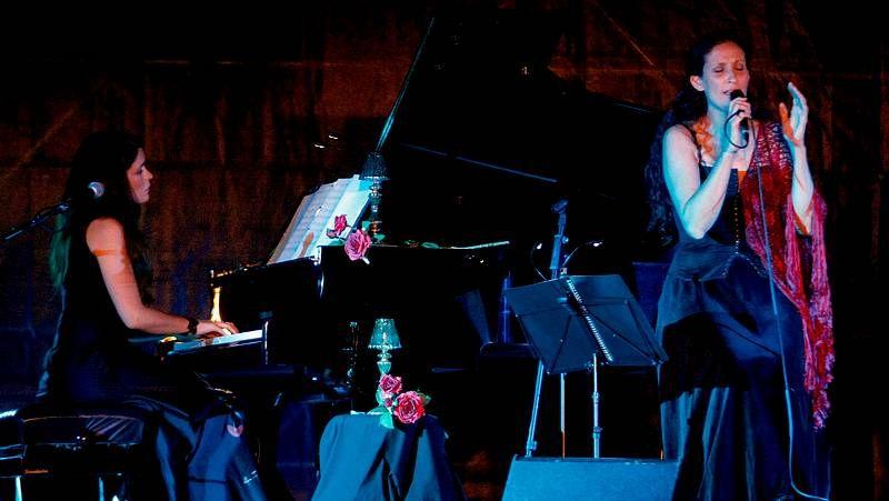 Cristina Pato y Rosa Cedrón, durante su concierto.Francisco Leiro, ante las obras expuestas en la sala Marlborough.