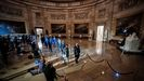 Los nueve congresistas que actuarán de fiscales en el juicio pasan por la rotonda del Capitolio para entregar los artículo de juicio político contra  Trump