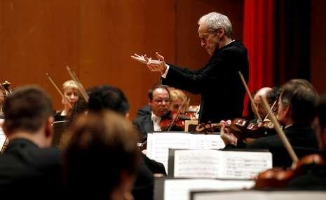 Hernández asume el bastón de mando en Santiago.La orquesta dará un recital conmemorativo en octubre por el 25 aniversario del Auditorio.