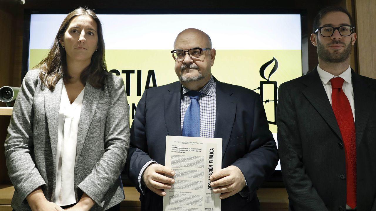 La coordinadora de Amnistía Internacional en Cataluña, Adriana Ribas; el director de Amnistía Internacional España, Esteban Beltrán, y el asesor legal y de políticas de AI, Daniel Joloy