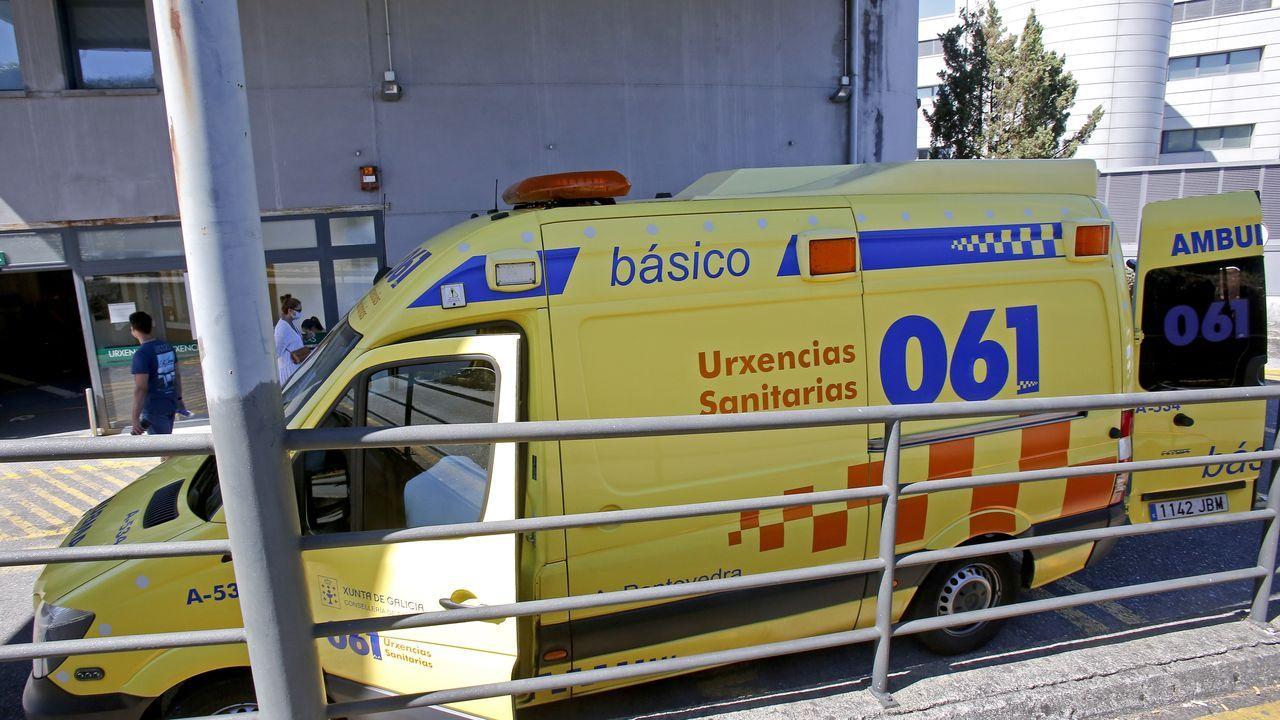 Una ambulancia del 061, en la entrada de urgencias del Hospital Montecelo, en Pontevedra