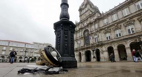 Presupuesto Municipal 2014.La pieza superior de una de las farolas de la plaza de María Pita terminó partida en el suelo.
