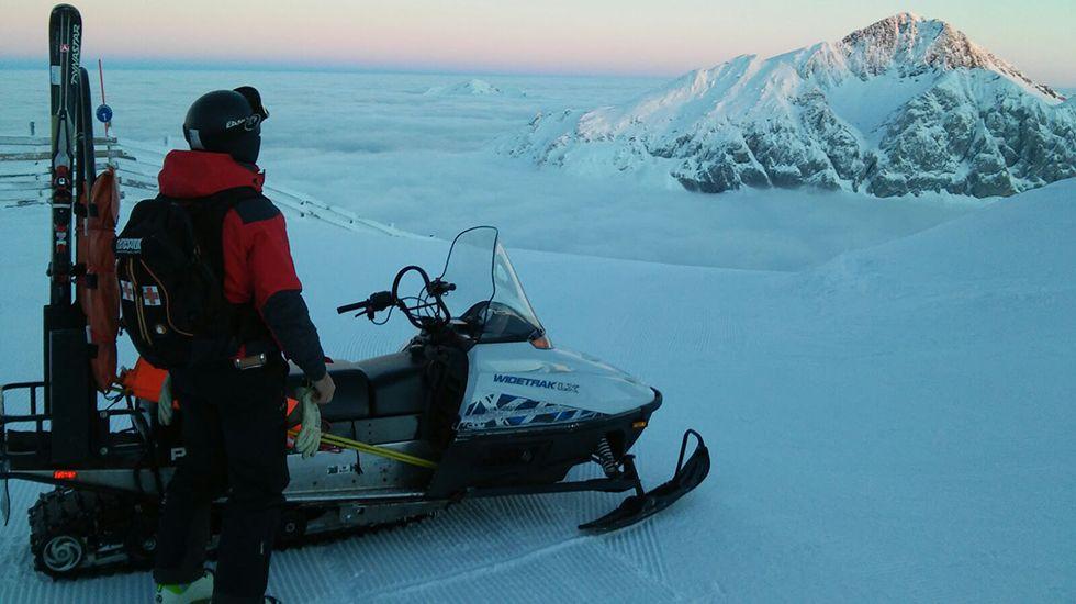 Los trabajadores de Valgrande-Pajares y Fuentes de Invierno acondicionan las pistas de esquí.La estación de Valgrande-Pajares