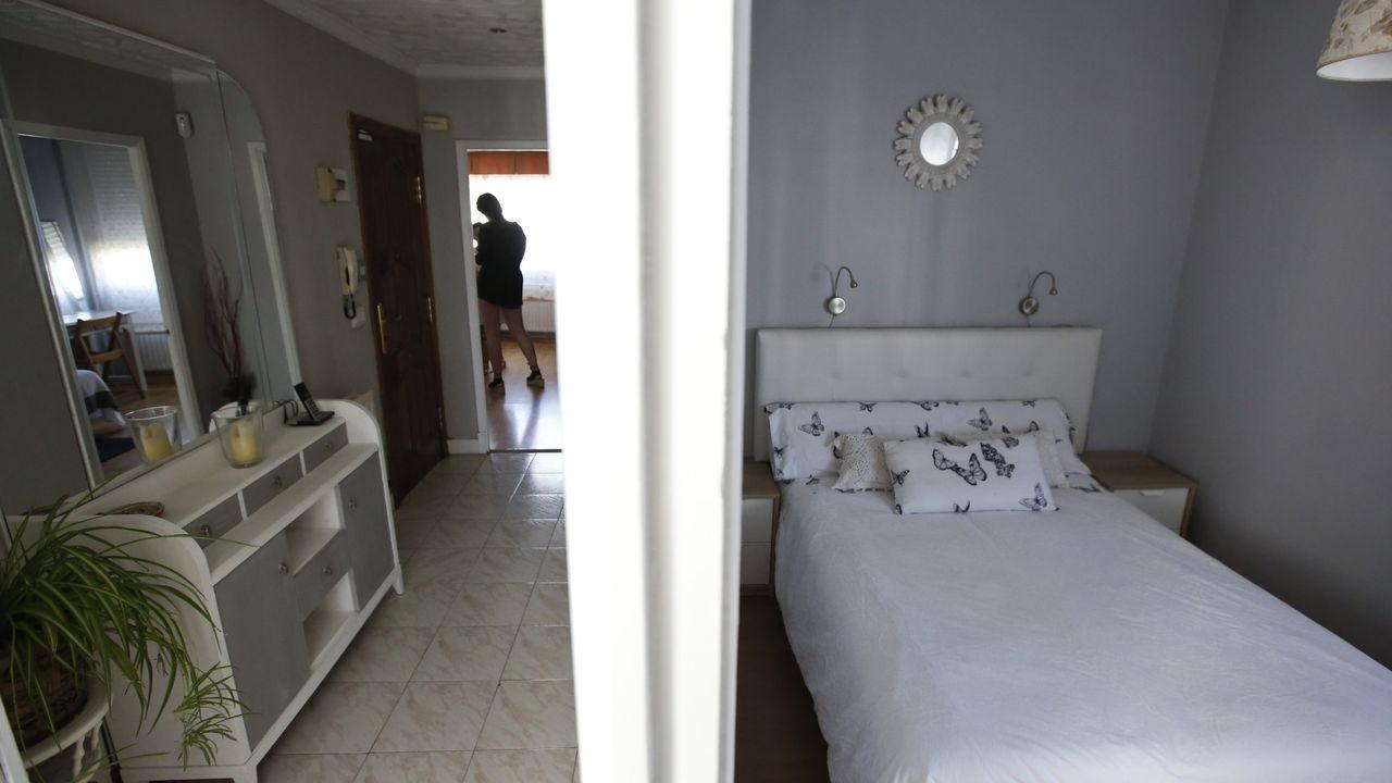 Pablo Iglesias, junto a su jefe de Gabinete, el exJemad Julio Rodríguez, saluda a algunos encargados de la seguridad del ministerio..Habitación de un piso en Lugo que se alquilaba a través de la aplicación Airbnb
