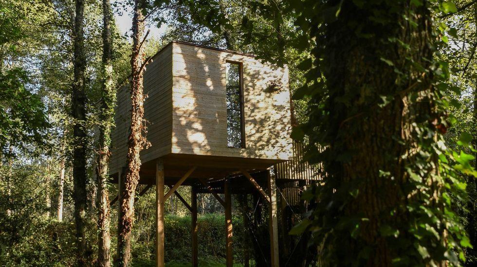 Major: dunas invadidas por el plástico.Cabaña de madera similar a las previstas en Sober, pero construida en un alojamiento situado en el municipio de Outes por la empresa Addomo, de Bertamiráns