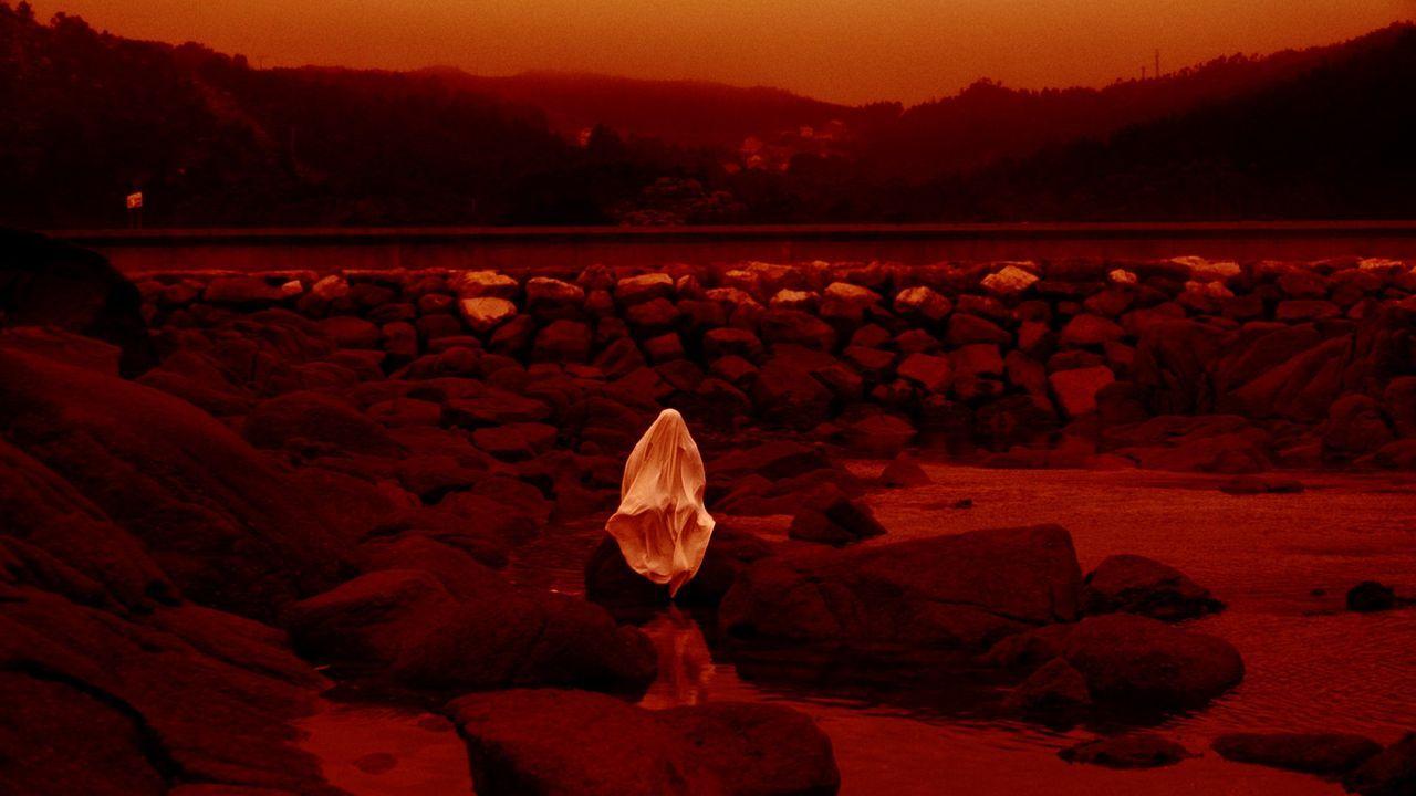 Pleno del concello de Vigo.Fotograma de «Lúa vermella», de Lois Patiño