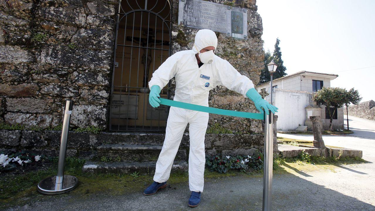 Paco Abuín, sepulturero del cementerio de San Mauro