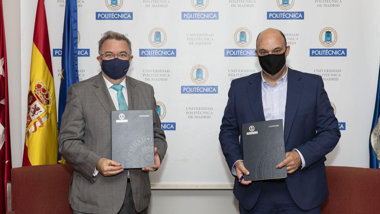 Guillermo Cisneros, rector de la UPM, y Rafael Herranz, director general de Lenovo DCG, en la firma del acuerdo