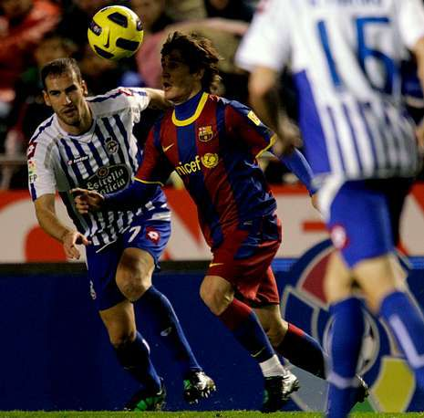 Bojan trata de controlar un balón ante el intento de Lopo de impedirlo.