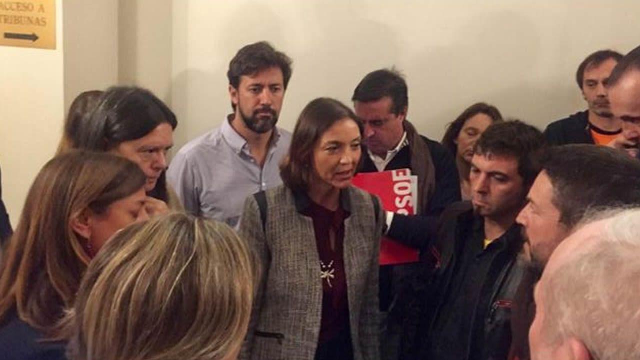 La ministra de Industria (en el centro de la imagen) habla con el presidente del comité de empresa de Alcoa en A Coruña