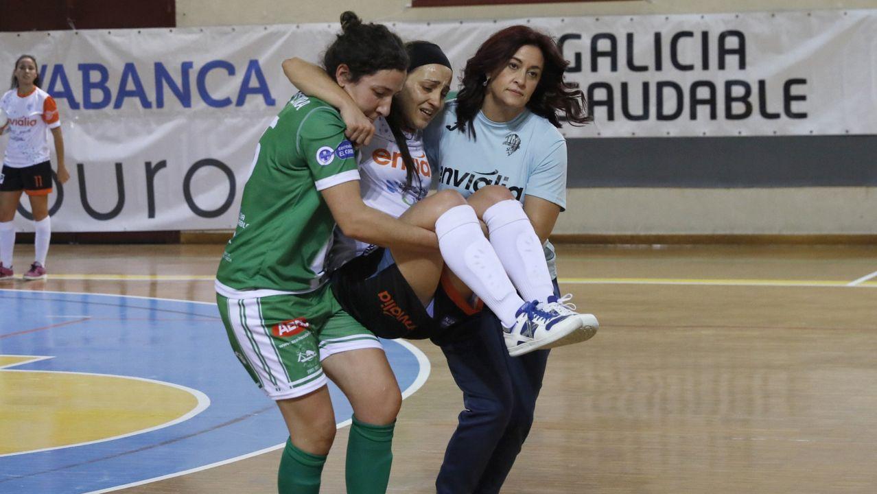 Sara Moreno, llevada por dos compañeras, en una imagen de archivo