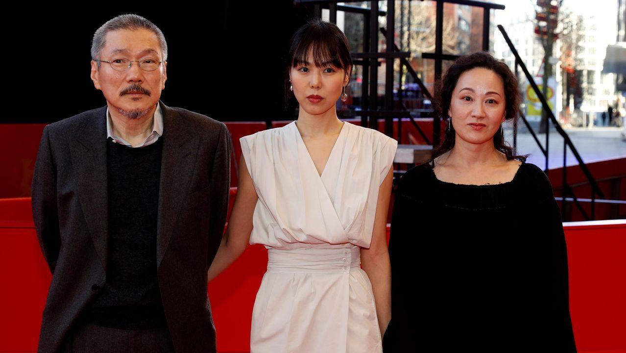 El director Sang-soo, con las actrices Kim Min-hee (en el centro) y Seo Young-hwa