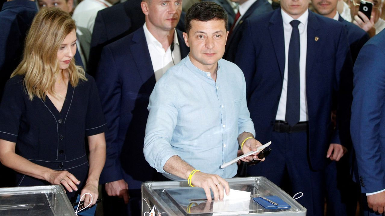 Zelenski depositando su voto