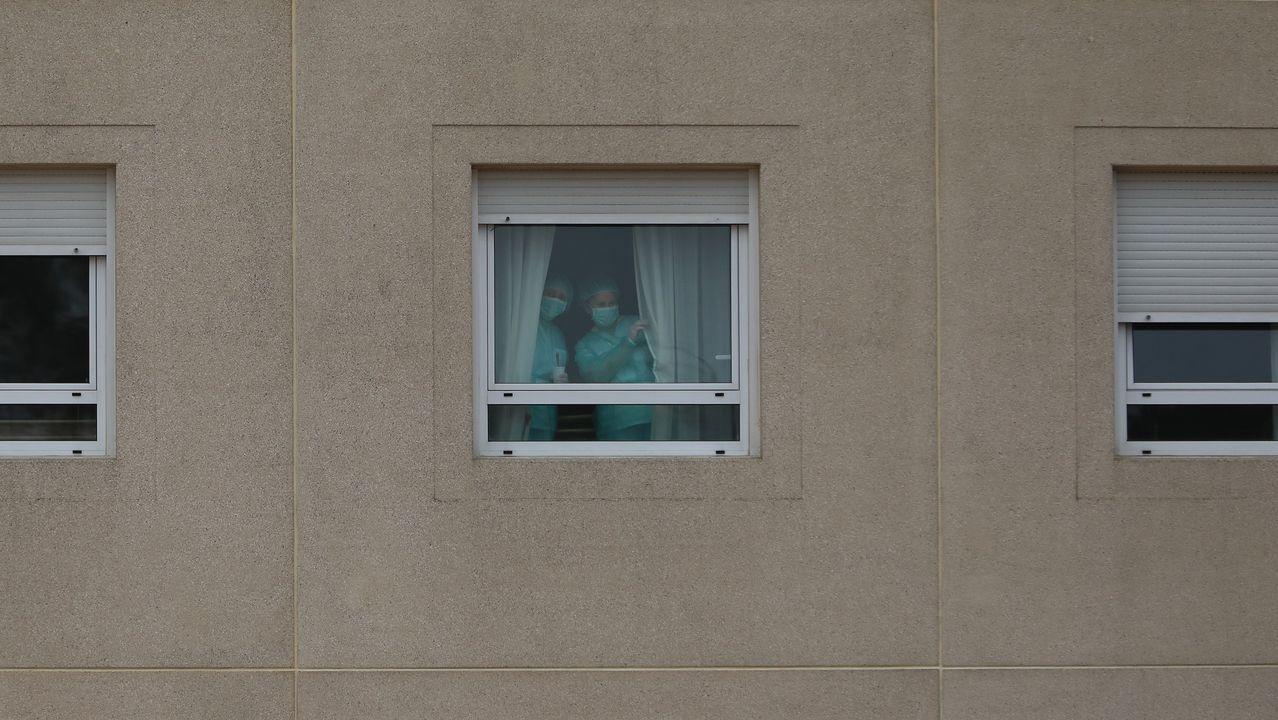 20 de marzo, día 6 de confinamiento. La situación de residencias de mayores  de Galicia distaba mucho de las de otros puntos de España, como la de Monte Hermoso en Madrid, donde el 19 de marzo ya habían fallecido 17 ancianos. Aún así, desde el primer momento también se convirtieron en foco de preocupación en la comunidad. En la imagen, uno de los centros gallegos afectados, el situado en el barrio de San Lázaro, en Santiago. Dos trabajadoras saludan tras las ventanas