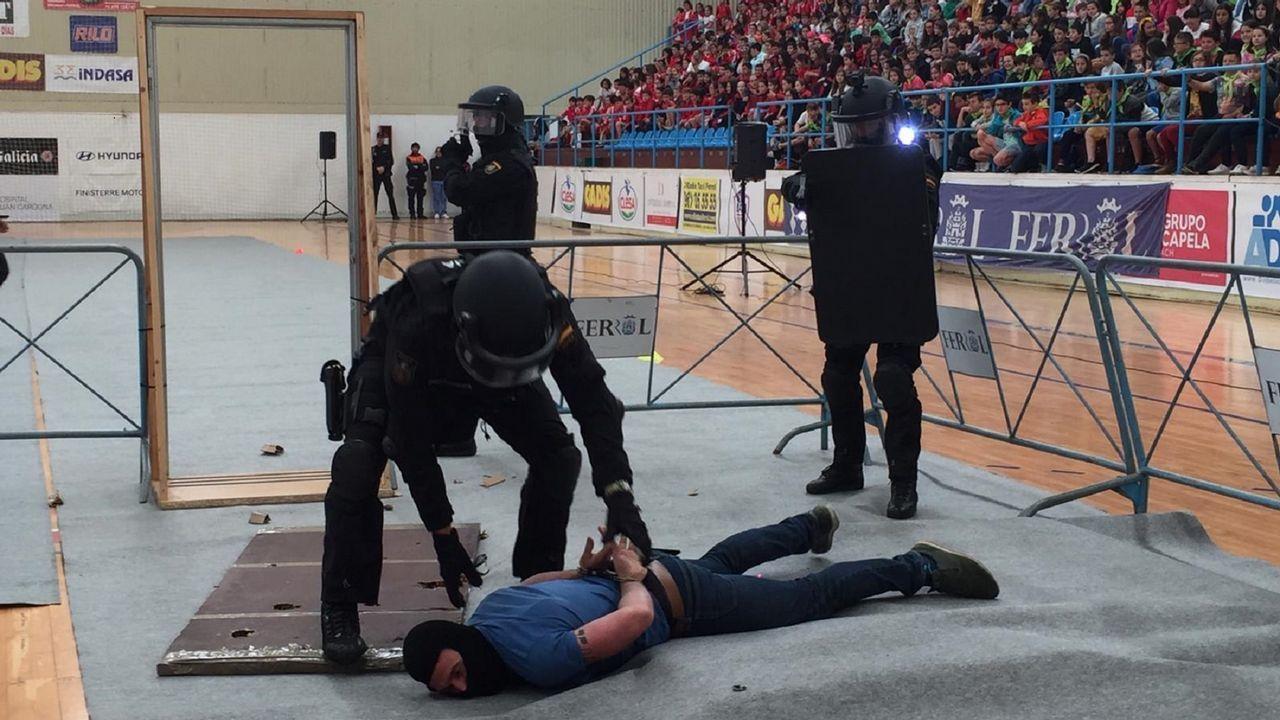 En la exhibición se simuló un secuestro al los agentes consiguieron poner fin acorralando y reduciendo al terrorista que tenía retenida a una profesora del Ponzos