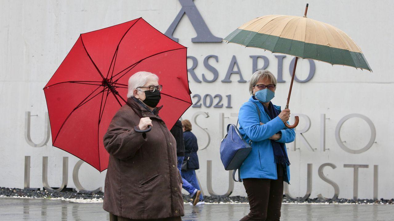 Así es el cámping de A Fonsagrada.Imagen de archivo de gente en el entorno del hospital de Lugo