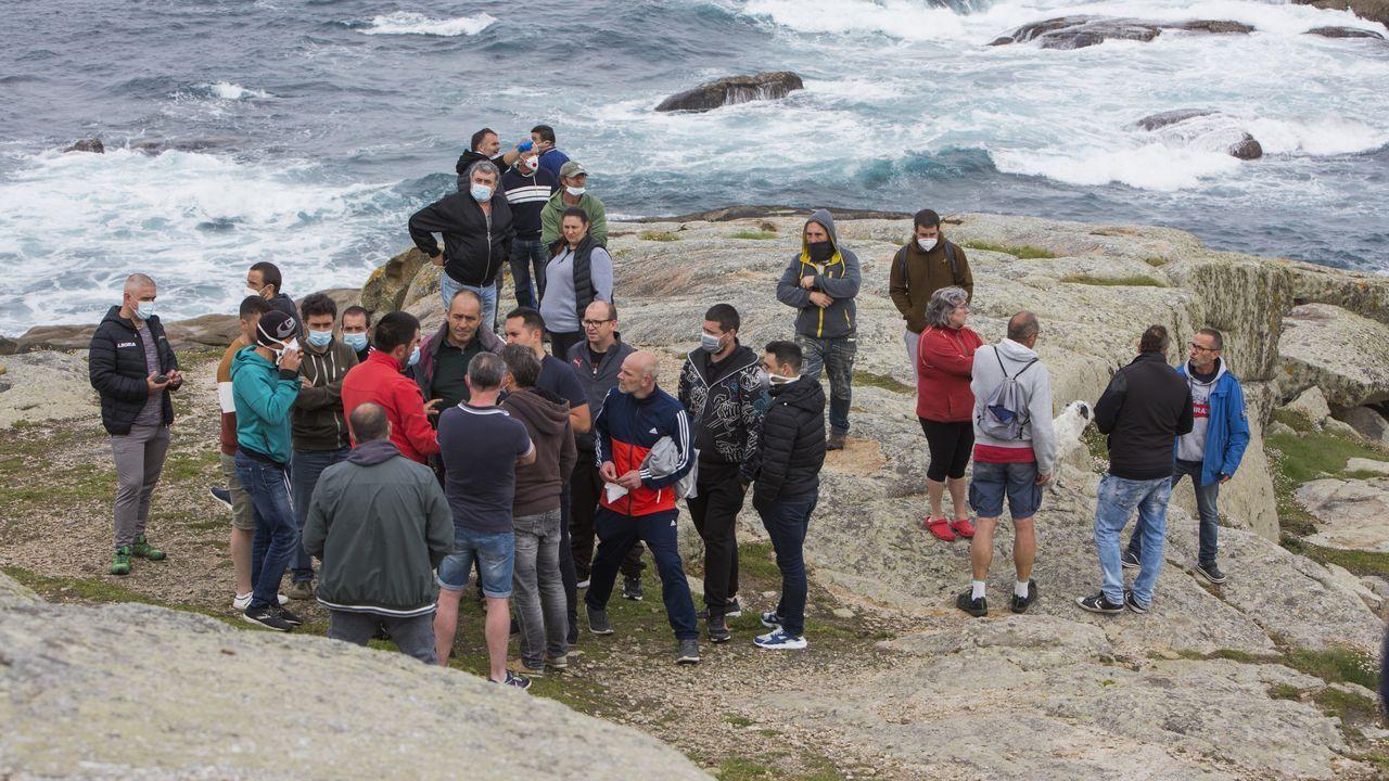 La Guardia Civil evitó un altercado entre percebeiros y bateeiros en A Barca de Muxía.Europeche y Cepesca se oponen a crear áreas protegidas en un tercio de los mares de la UE porque reduciría las posibilidades de pesca de barcos como los más grandes de la imagen, atracados en Celeiro