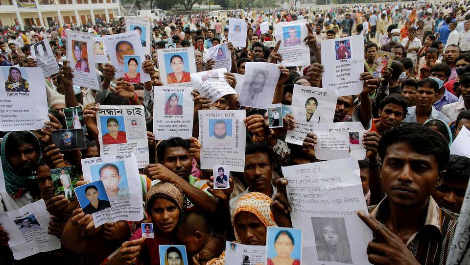 Protestas en Bangladés tras la tragedia de Dacca.Familiares de las víctimas del derrumbe muestran fotografías para encontrarlos.