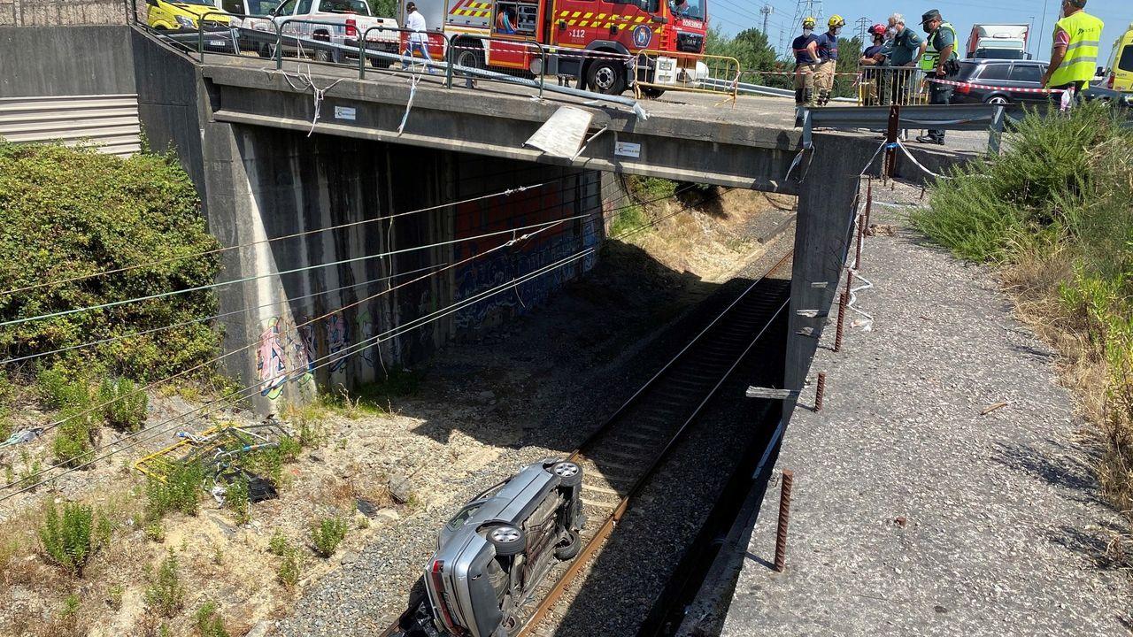 Imagen del vehículo que cayó a las vías desde un paso elevado en O Porriño