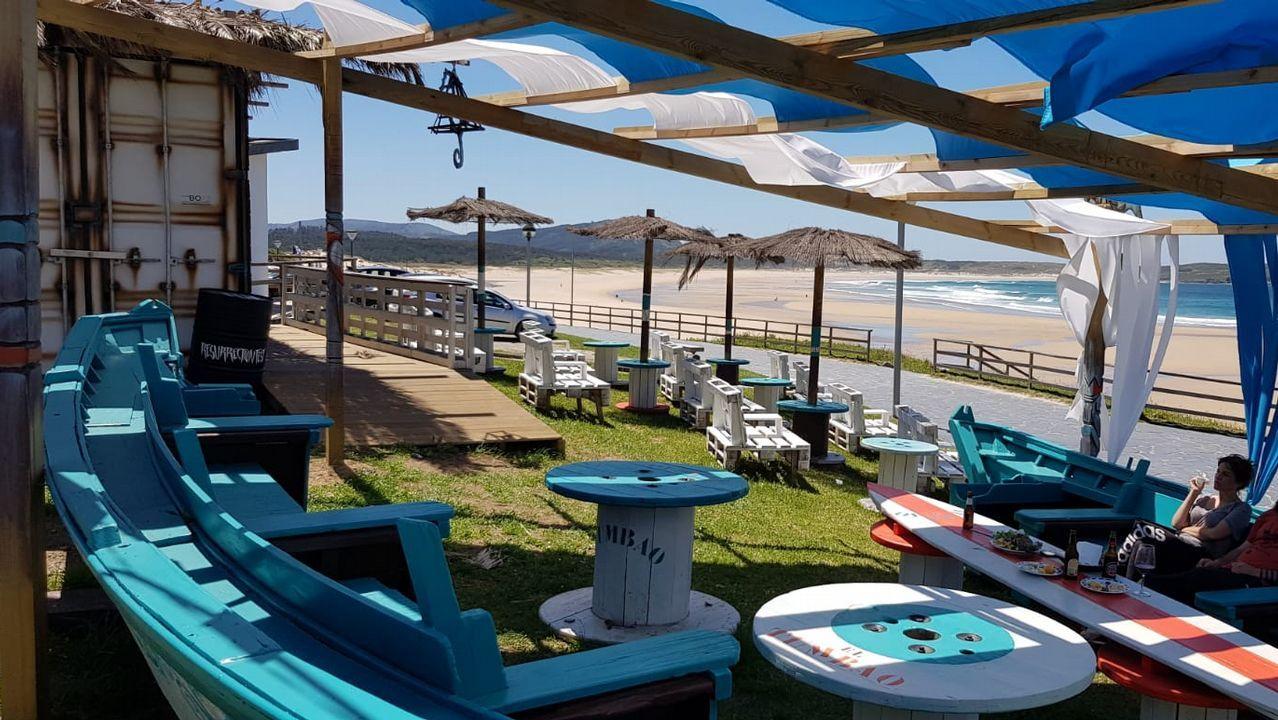 A SAÍÑA. La nueva vida de los barcos. Surfistas y bañistas vienen hasta este local en la playa de A Frouxeira integrado con su entorno.