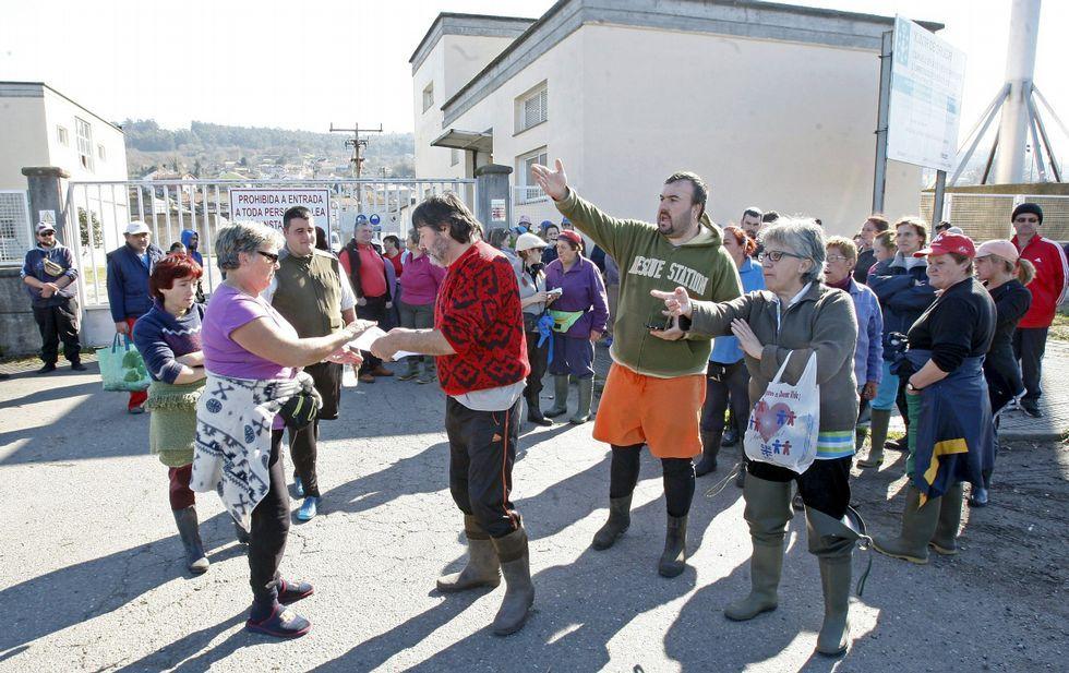 Protesta de mariscadores ante la EDAR de Os Praceres, en Lourizán, el pasado febrero.