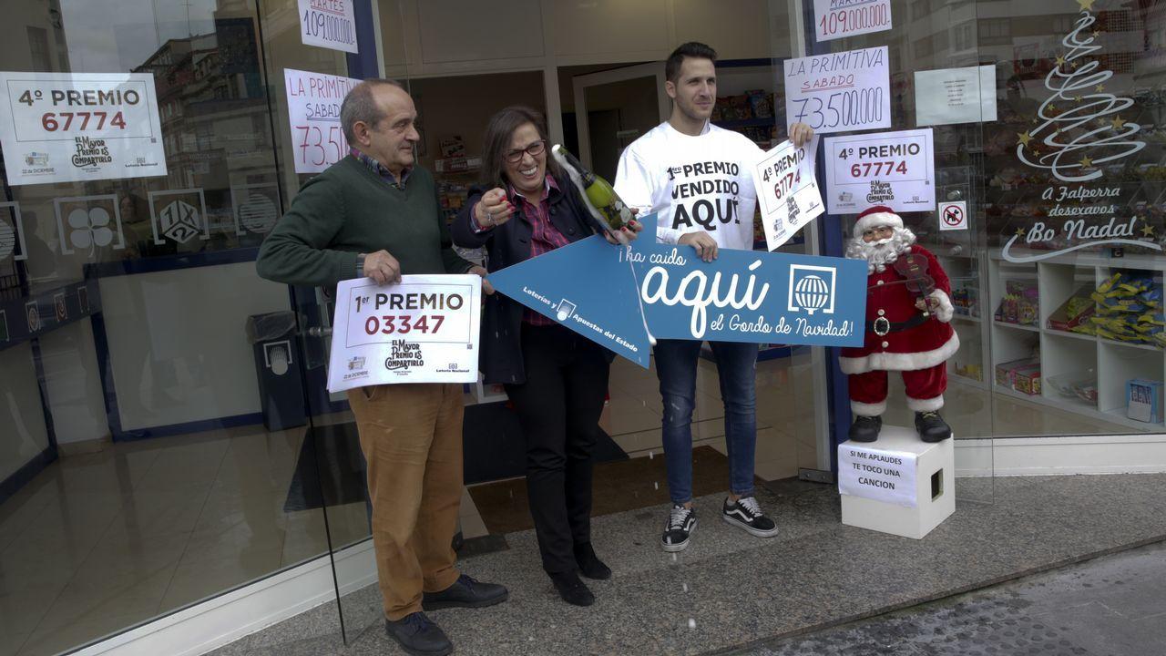 Todas las imágenes de las celebraciones de la Lotería de Navidad en Galicia.Administración de la Puerta del Sol de Vigo, que vendió un décimo del gordo
