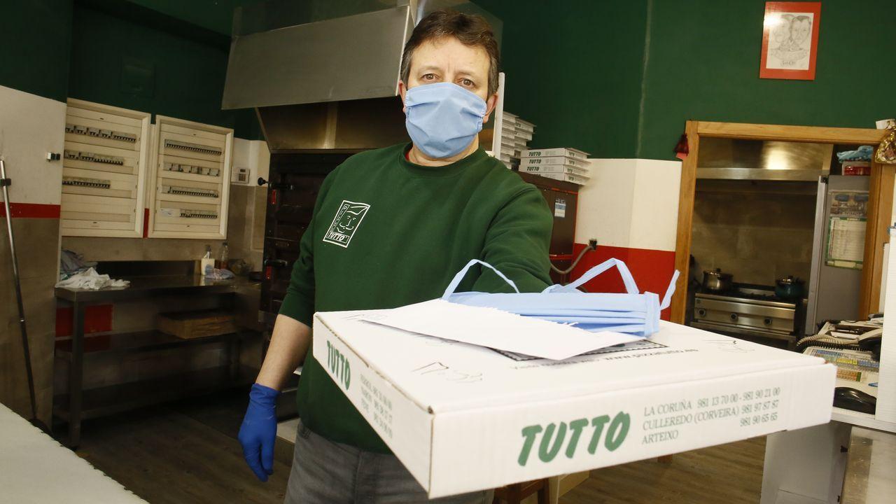 En Pizza Tutto reparten desde hace días una mascarilla de tela con casi todos los pedidos