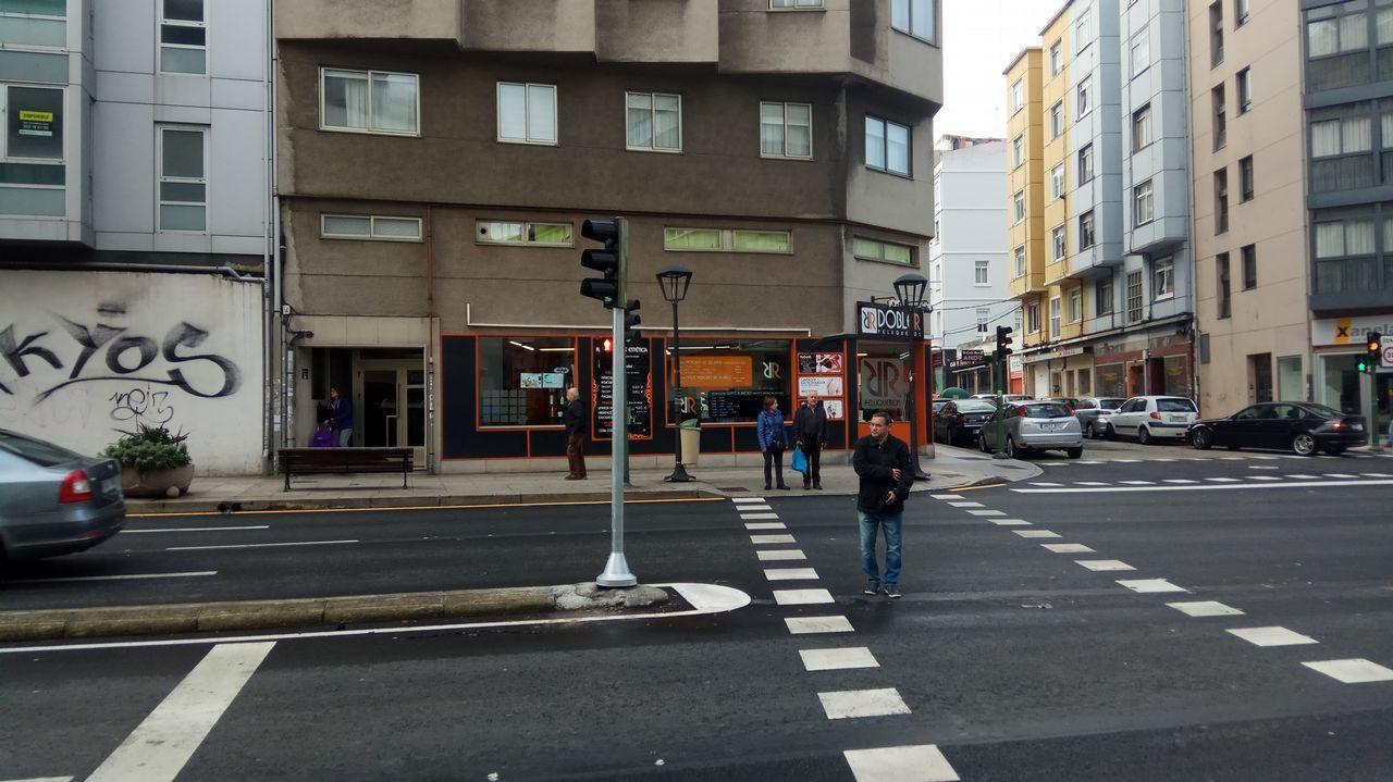 Los trabajadores de Alcoa alzan la voz en la Torre de Hércules.Cruce de la calle San Luis con la avenida Ronda de Outeiro.