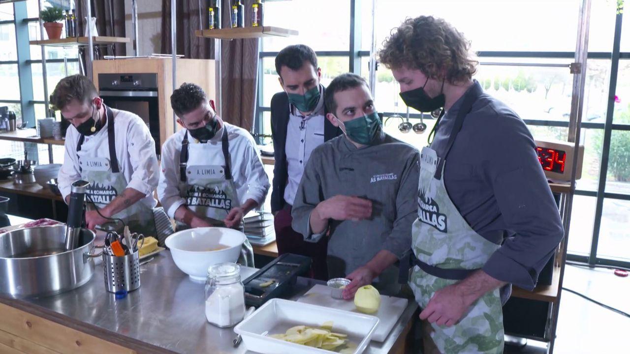 Fran Cañotas e Manuel Garea (centro) supervisan o cociñado de equipo de A Limia durante o programa