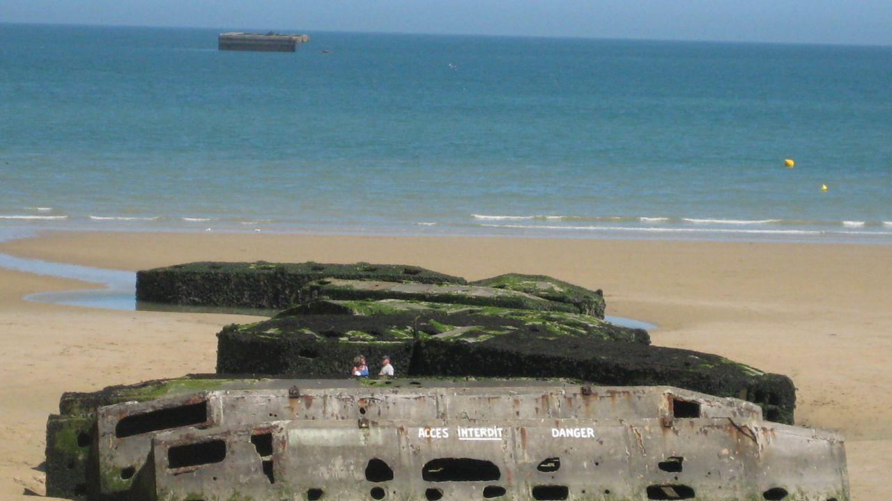 Restos de la plataforma del desembarco de vehículos en Arromanches, Normandía