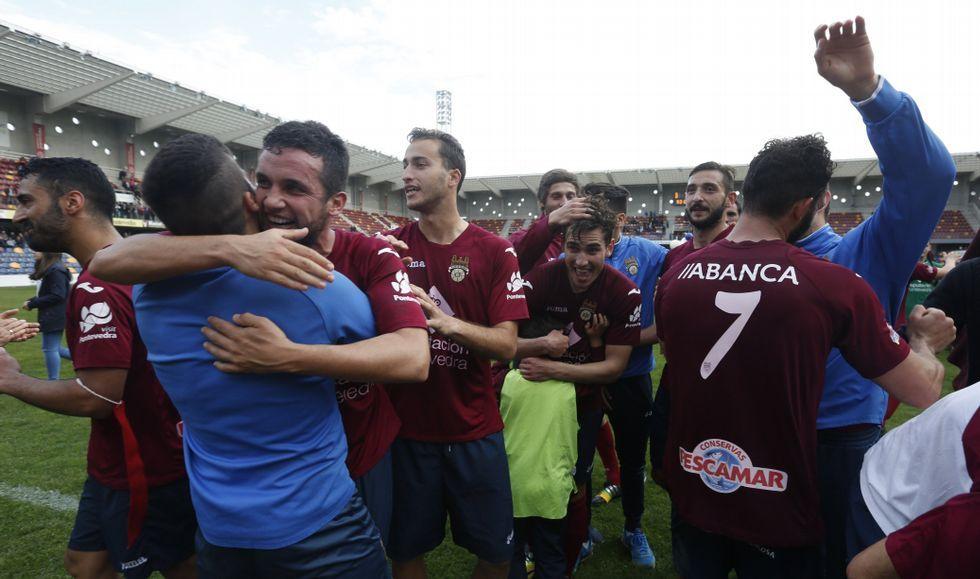 Los jugadores granates celebran el título de liga sobre el césped de Pasarón instantes después del pitido final ante el As Pontes.