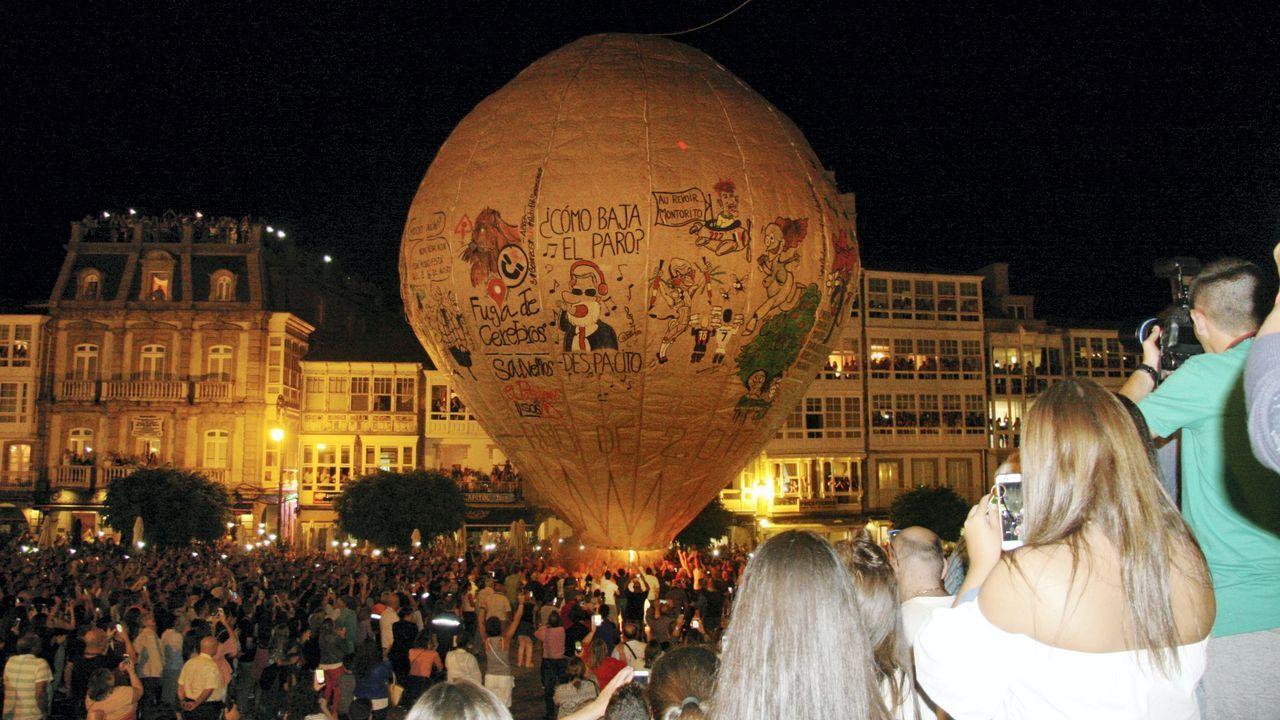 Detalle de la suelta del globo de Betanzos, en las fiestas del 2017