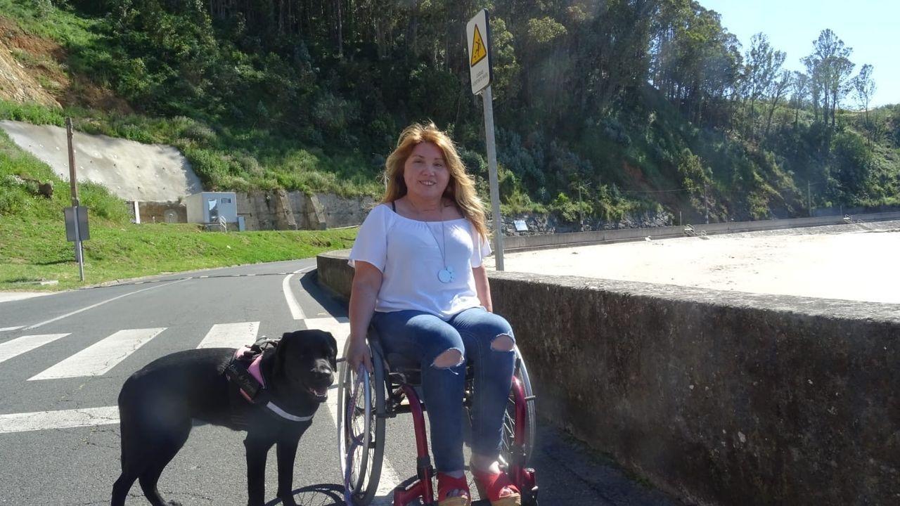 Menchu Iglesias, en la foto con su perra Silva en Cedeira, dirige el programa Inserta-Empleo de la Fundación Once en Galicia